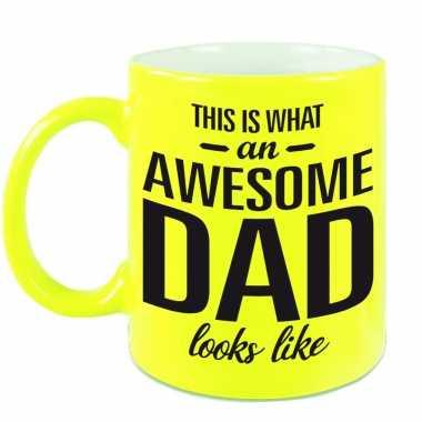 Awesome dad cadeau mok / beker neon geel voor vaderdag 330 ml