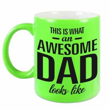 Awesome dad cadeau mok / beker neon groen voor vaderdag 330 ml