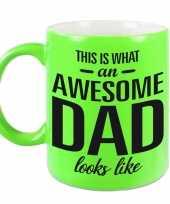 Awesome dad cadeau mok beker neon groen voor vaderdag 330 ml