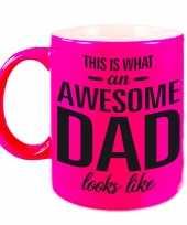 Awesome dad cadeau mok beker neon roze voor vaderdag 330 ml